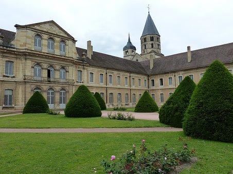 Vivre à Cluny : découvrez les richesses touristiques et le cadre de vie de cette commune de Saône-et-Loire